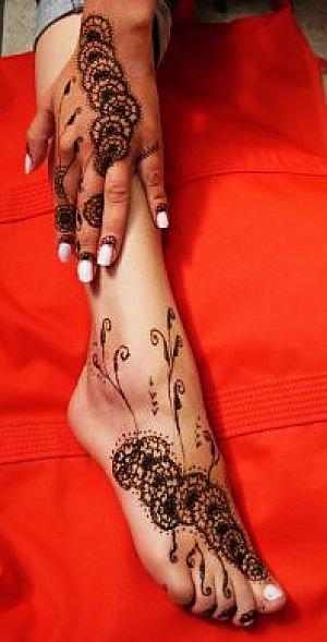 Motif pour mains et pieds avec le meme dessin c beau - Dessin de henne pour les mains ...
